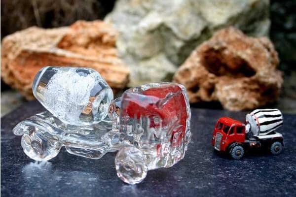 Glazen betonwagen met een beetje as
