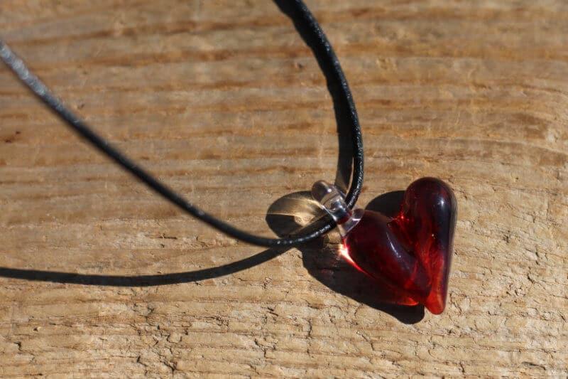 Hanger met glazen hart rood