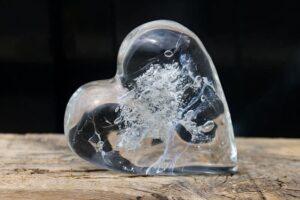 Massief glazen hart met as