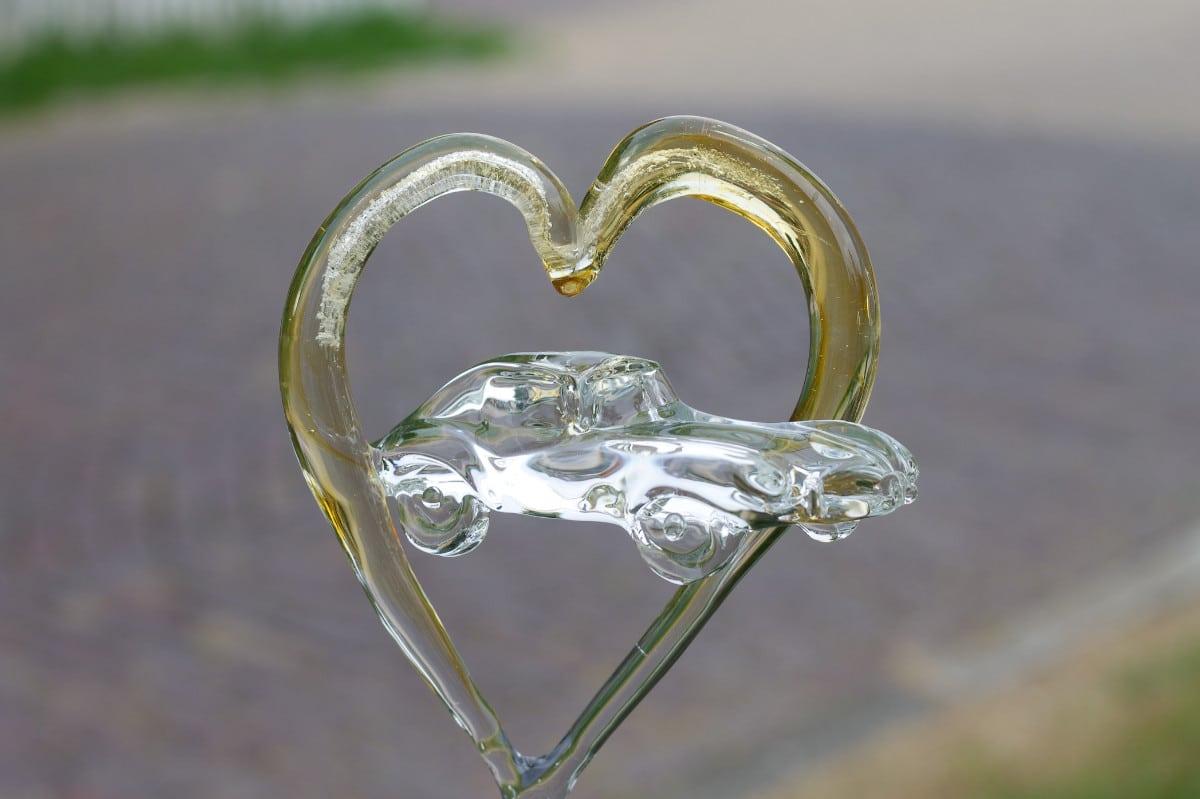Hart as met glazen Jaguar E-type