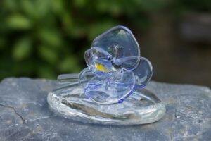 Glazen Orchidee op een heldere assteen