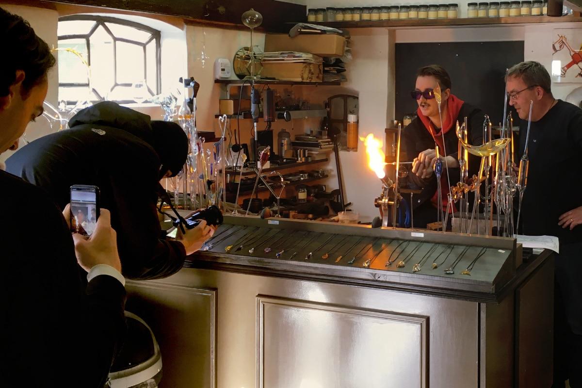 Glasblazer Bram Krikke aan het glasblazen.