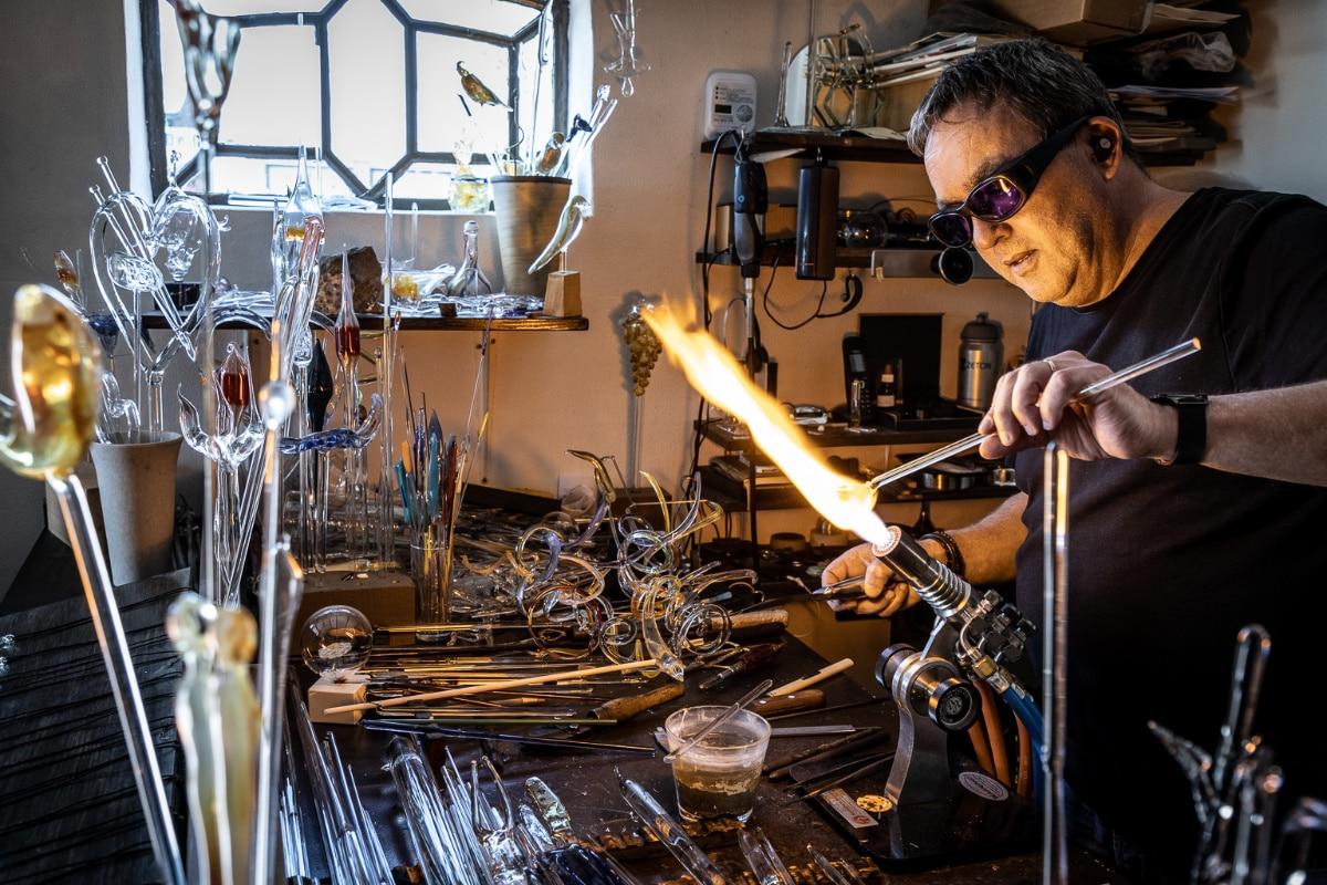 Glasblazer Alwin Overwater Man en Werkplaats Otto Kalkhoven